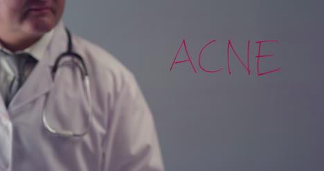 Doctor-escribiendo-la-palabra-acné