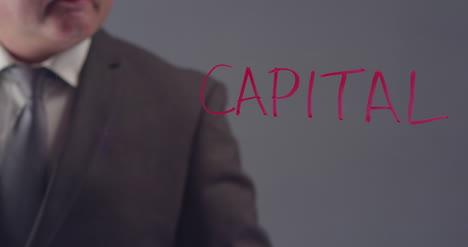 Empresario-escribiendo-la-palabra-capital