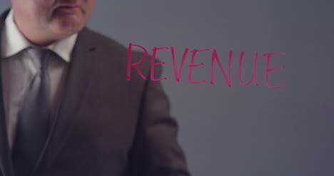 Geschäftsmann-Der-Das-Wort-Einnahmen-Schreibt