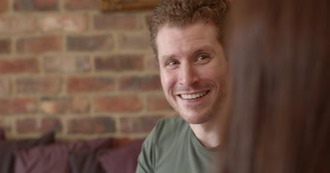 Hombre-Caucásico-Sonriendo-Y-Riendo