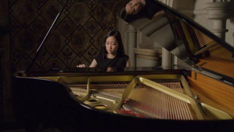 Pianistin-Die-Einen-Flügel-Spielt