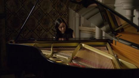 Kippe-Weibliche-Pianistin-Die-Flügel-Spielt-Playing