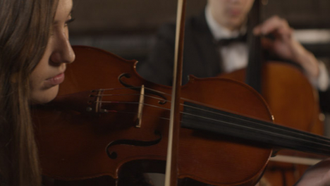 Cerrar-violinista-femenina-durante-la-actuación