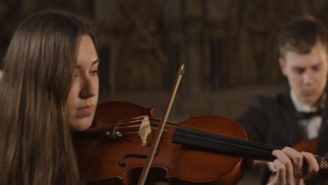 Cu-Zwei-Geigerinnen-Beim-Auftritt-Mit-Streichquartett