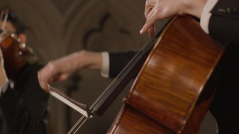 Nahaufnahme-Des-Männlichen-Cellisten-Während-Der-Aufführung-Mit-Streichquartett
