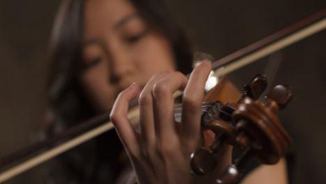 Nahaufnahme-Der-Hand-Des-Geigers-Der-Geige-Spielt-
