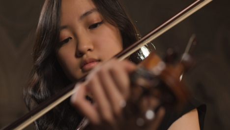 Close-Up-Pull-Focus-Of-Female-Violinist-Playing-Violin