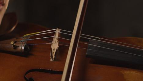 Cerca-del-violín-durante-una-actuación