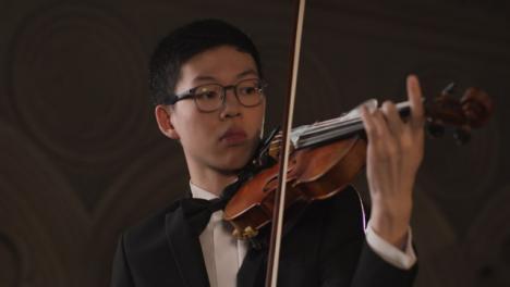 Pan-de-violinista-masculino-durante-la-actuación