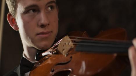 Cerca-del-violinista-masculino-esperando-para-tocar