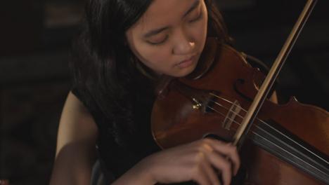 Geigerin-Spielt-Geige-Während-Einer-Aufführung