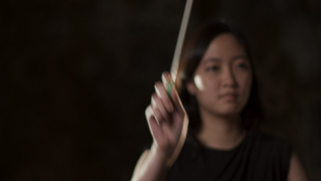 Close-Up-Female-Música-Conductor-During-Performance