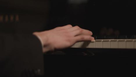 Rückansicht-Eines-Männlichen-Pianisten-Während-Einer-Aufführung