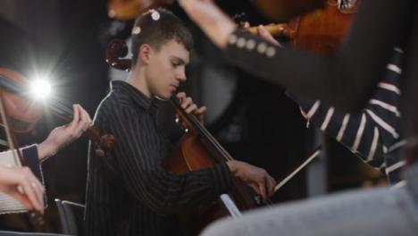 Cellist-Und-Violinist-Während-Der-Probe