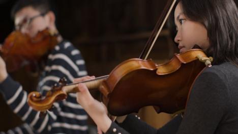 Violinista-femenina-tocando-durante-el-ensayo
