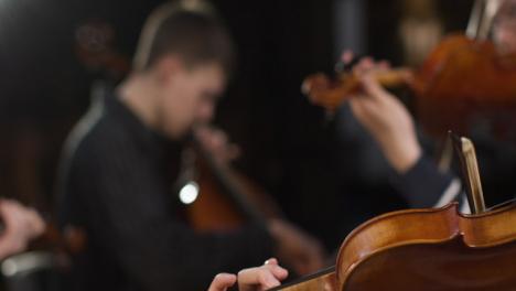 Seguimiento-de-cuarteto-de-cuerda-tocando-durante-el-ensayo