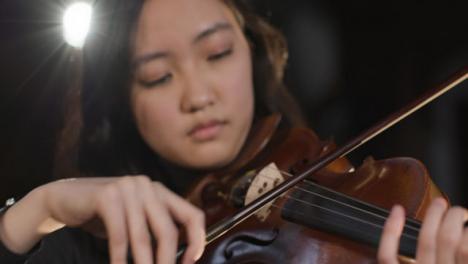 Cerca-de-mujer-violinista-tocando