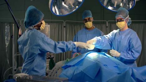 Chirurg-übergibt-Chirurgisches-Instrument-An-Assistent