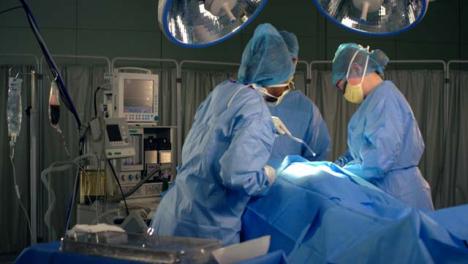 Medizinisches-Personal-Mit-Saugmaschine-Im-Operationssaal