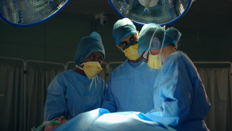 Medical-staff-in-Discussion-During-Surgery