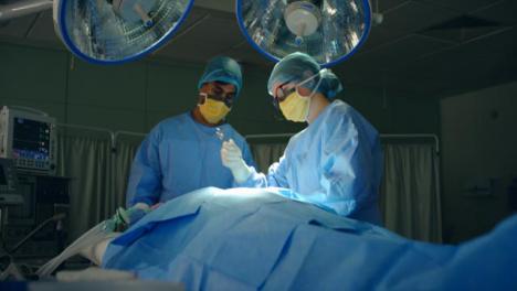 Pan-Medizinische-Assistentin-übergibt-Dem-Chirurgen-Eine-Schere