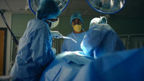 El-personal-médico-de-Low-Pan-recoge-la-máquina-de-succión-durante-la-cirugía