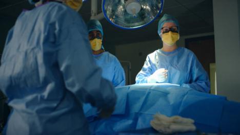 Chirurgisches-Instrument-Wird-Dem-Chirurgen-Zurückhaltend-übergeben