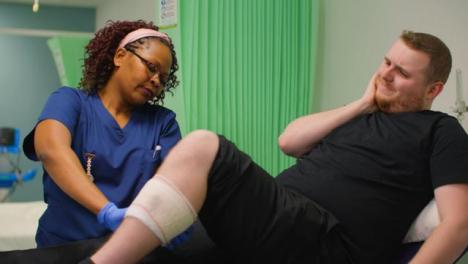 Enfermera-Vendaje-Pacientes-Piernas-Lesionadas