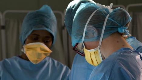Cirujano-de-CU-mirando-hacia-abajo-en-la-cirugía