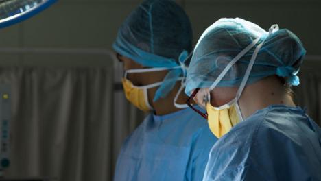 El-cirujano-de-CU-busca-y-pasa-el-instrumento-médico