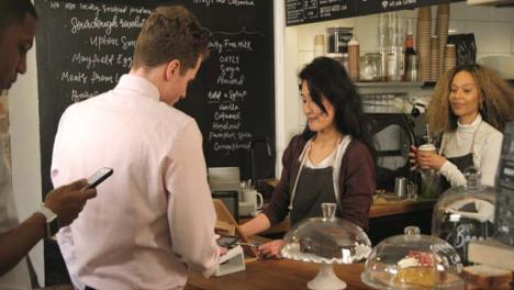 Kunden-Die-Sich-An-Der-Theke-Im-Café-Anstellen-und-Bezahlen