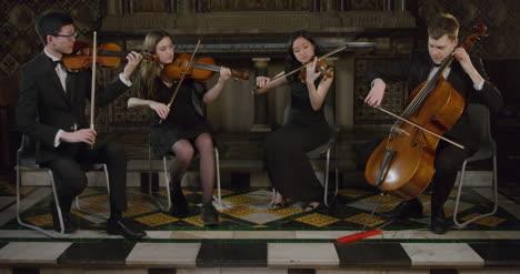 Streichquartett-Beendet-Ein-Stück-Während-Einer-Aufführung