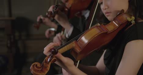 Kippe-Drei-Geiger-Nach-Unten-Die-Während-Der-Aufführung-Spielen-Playing