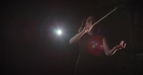 Dirigentin-Die-Eine-Aufführung-Dirigiert-Die-Ihnen-Signalisiert-Aufzuhören
