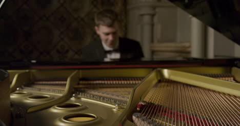 In-Einem-Flügel-Während-Männliche-Pianisten-Spielen