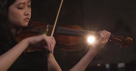 Panorámica-de-cerca-de-mujer-violinista