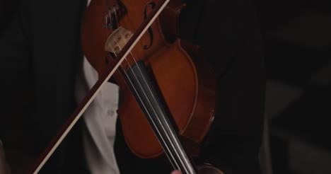 Mirando-hacia-abajo-al-violín-que-toca-el-violinista-masculino