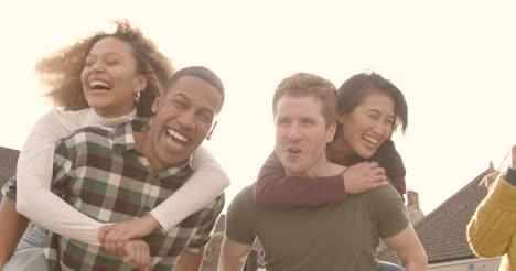 Grupo-de-amigos-riendo-y-bromeando