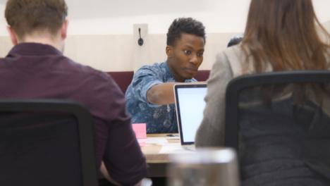Colegas-masculinos-y-femeninos-que-trabajan-juntos-en-la-oficina