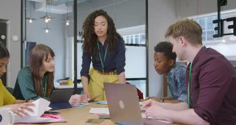 Geschäftsfrau-Die-Kollegen-Vorstellt-Die-Sich-In-Modernen-Büroräumen-Treffen