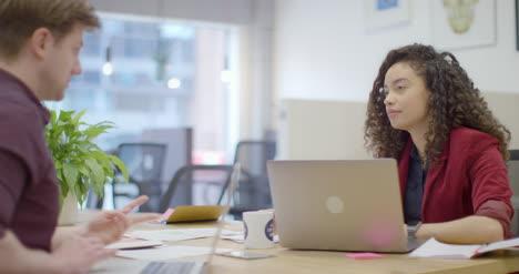 Pan-De-Hombre-Y-Mujer-Hablando-En-La-Oficina-Moderna