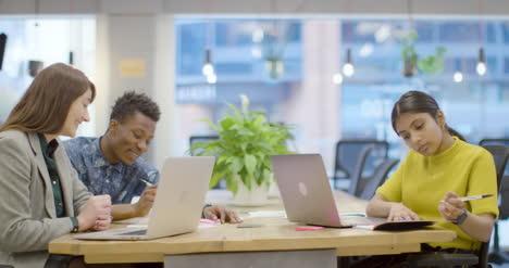 Gruppe-Von-Kollegen-Die-In-Modernen-Büroräumen-Zusammenarbeiten