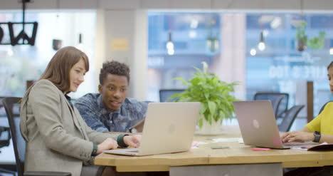 Pan-De-Colegas-Que-Trabajan-Juntos-En-Oficinas-Modernas