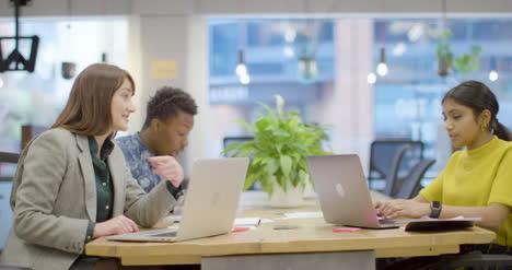 Colegas-Que-Trabajan-Juntos-En-Oficinas-Modernas