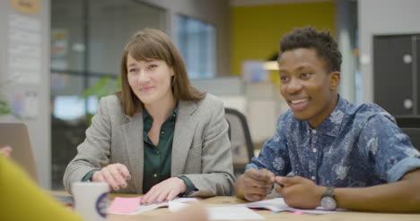Colegas-Sonrientes-Que-Trabajan-Juntos-En-El-Espacio-De-La-Oficina-Moderna
