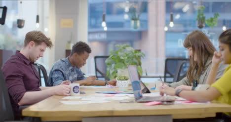Las-Personas-Que-Trabajan-En-La-Mesa-En-El-Espacio-De-Oficina-Abierta