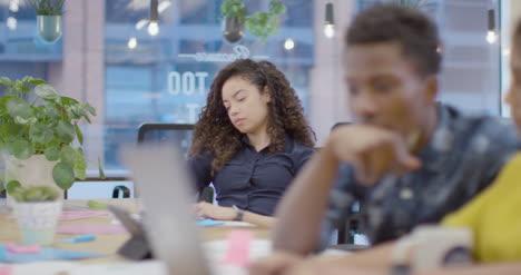 Colegas-De-Foco-De-Atracción-Trabajando-Juntos-En-Una-Oficina-Abierta