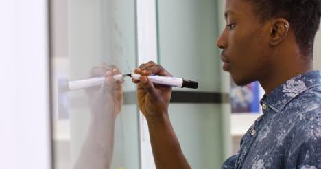 Kreativer-Mann-Schreibt-Auf-Einem-Whiteboard-Bei-Der-Arbeitboard
