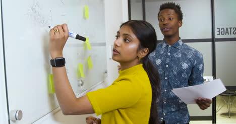 Kreative-Brainstorming-Im-Büromeeting