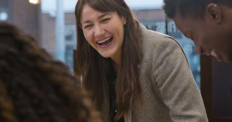Frau-Lächelt-Mit-Kollegen-Im-Großraumbüro-Smiling